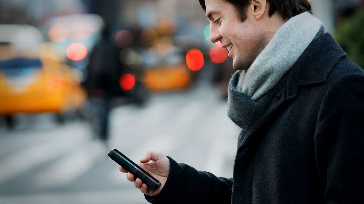 alignthoughts-guy-texting-on-mobile-with-girl-friend-long-distance-relationship