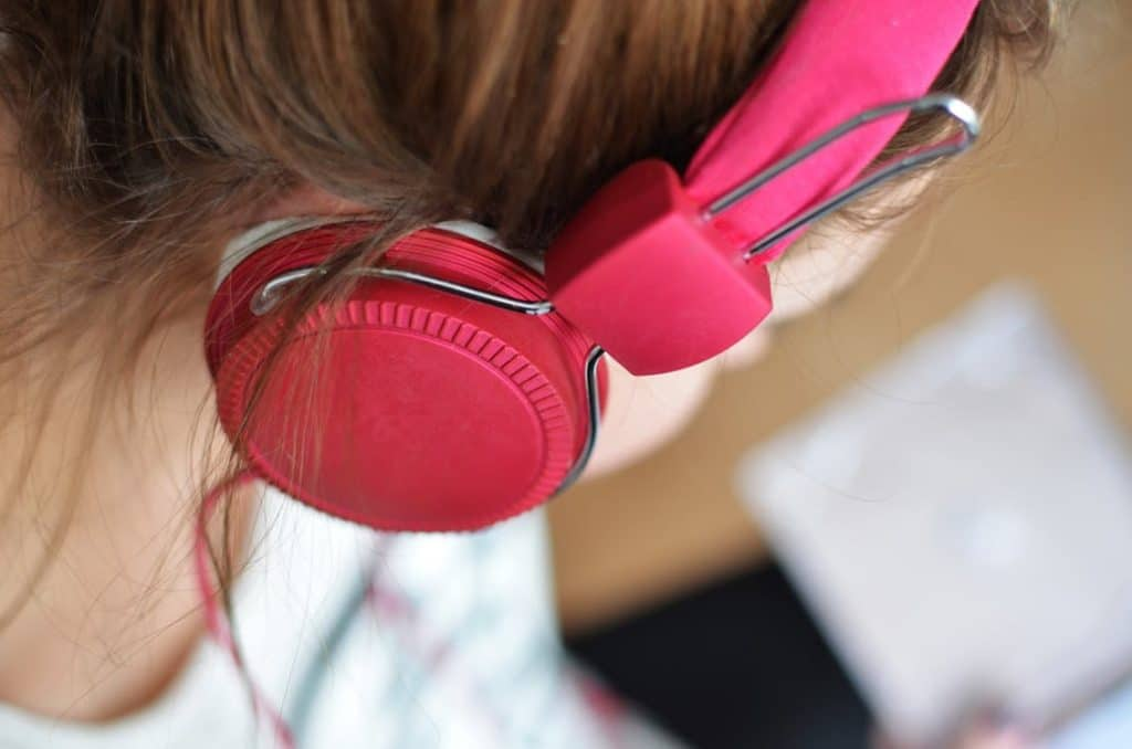 alignthoughts-person-woman-music-pink-head-phones